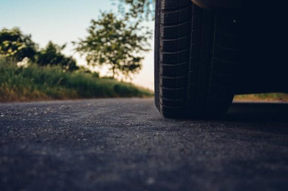 Roda de carro em estrada
