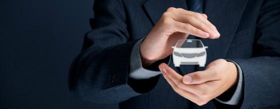 Pessoa com carro holográfico entre as mãos