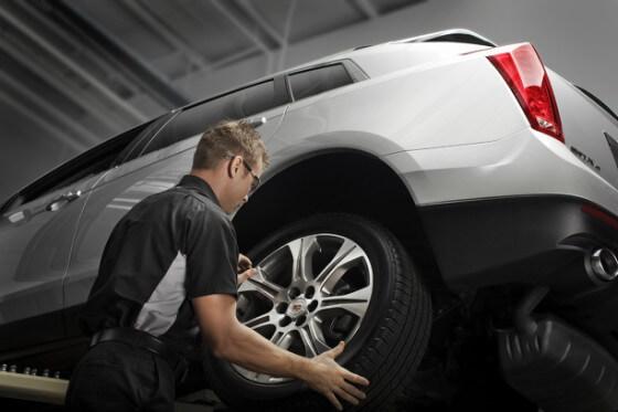 Homem fazendo balanceamento de pneus