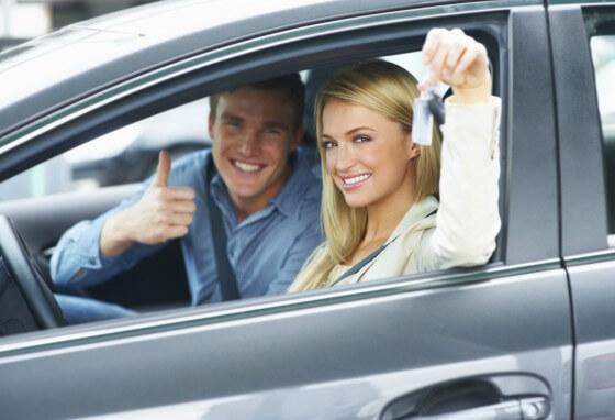 Pessoas sentadas dentro de um carro