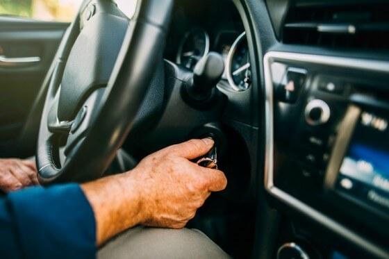 Pessoa com a chave na ignição do carro