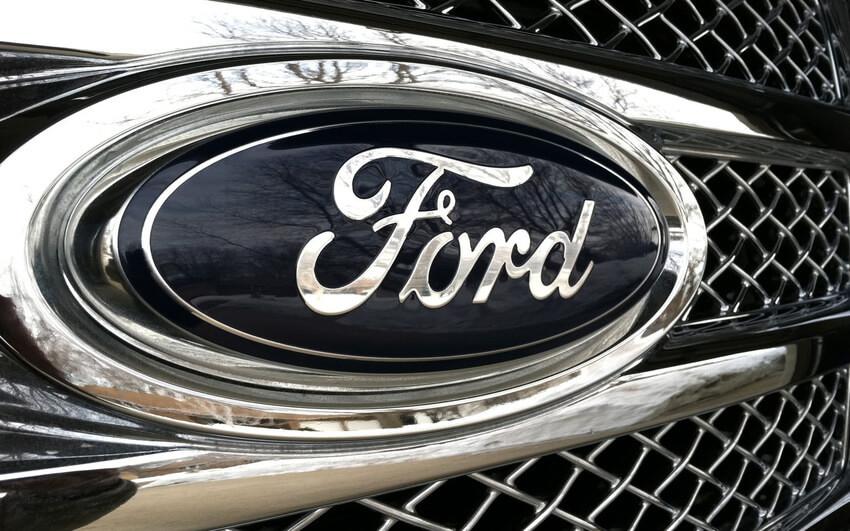Símbolo Ford no para-choque do Carro