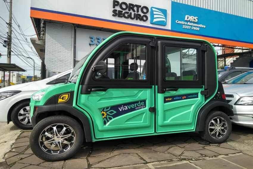 Carro elétrico verde em frente a DRSCar