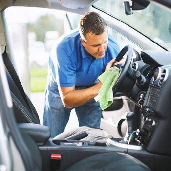 Homem realizando a revisão do carro