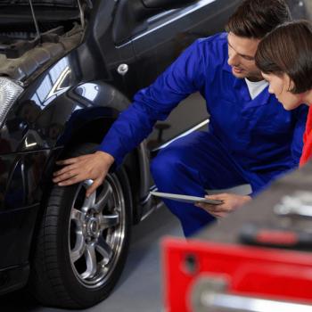 Mecânico orientando cliente sobre revisão