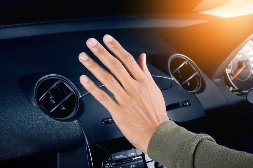 Mão na frente do ar condicionado do carro