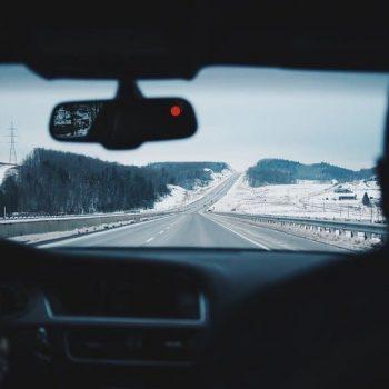 Viagem em família de carro na estrada