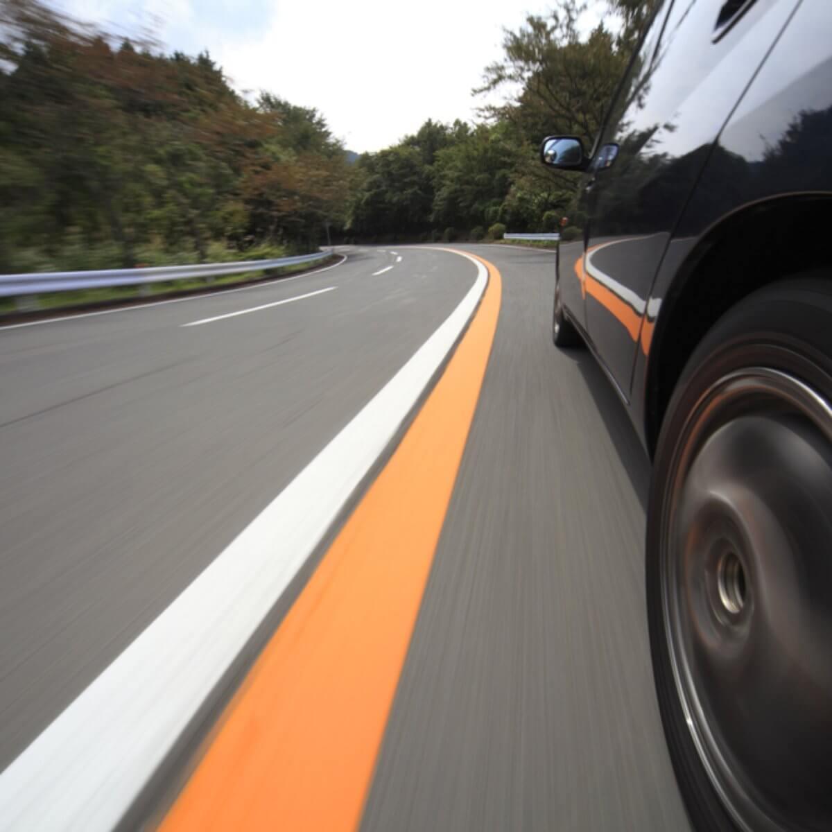 Carro andando no asfalto