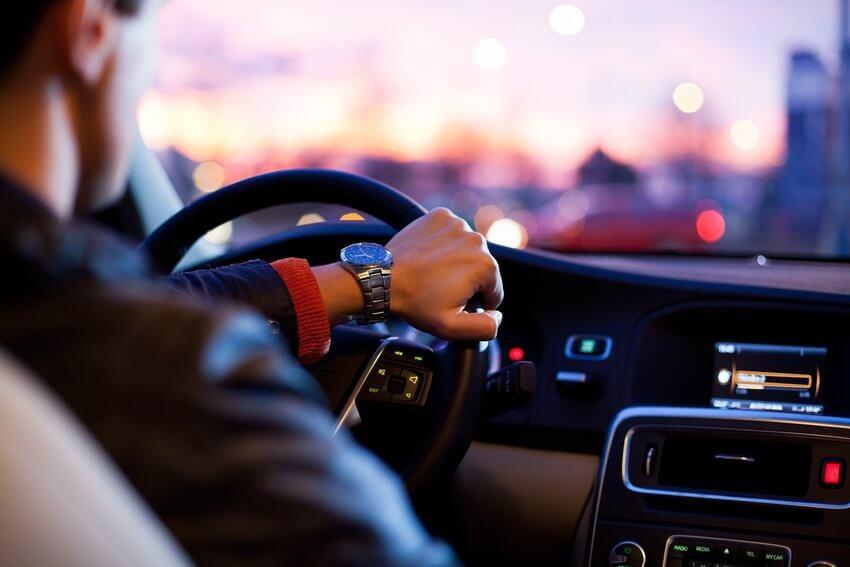 Pessoa dirigindo com tranquilidade