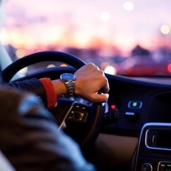 Condutor fazendo o controle da embreagem