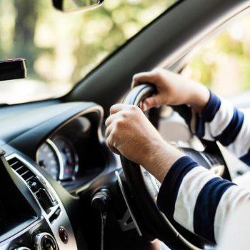 Mãos no volante do carro